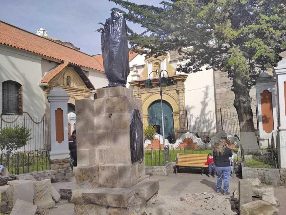 Mientras duraron los trabajos, la estatua estuvo cubierta y había piedras alrededor.