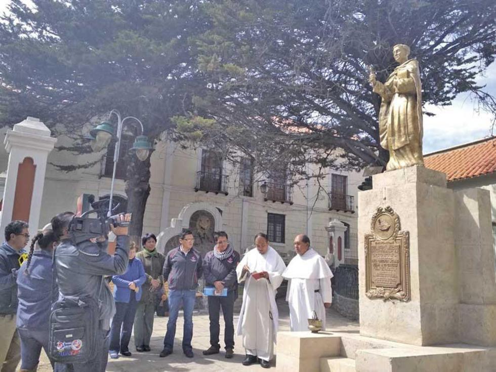 El acto de entrega y bendición del monumento.
