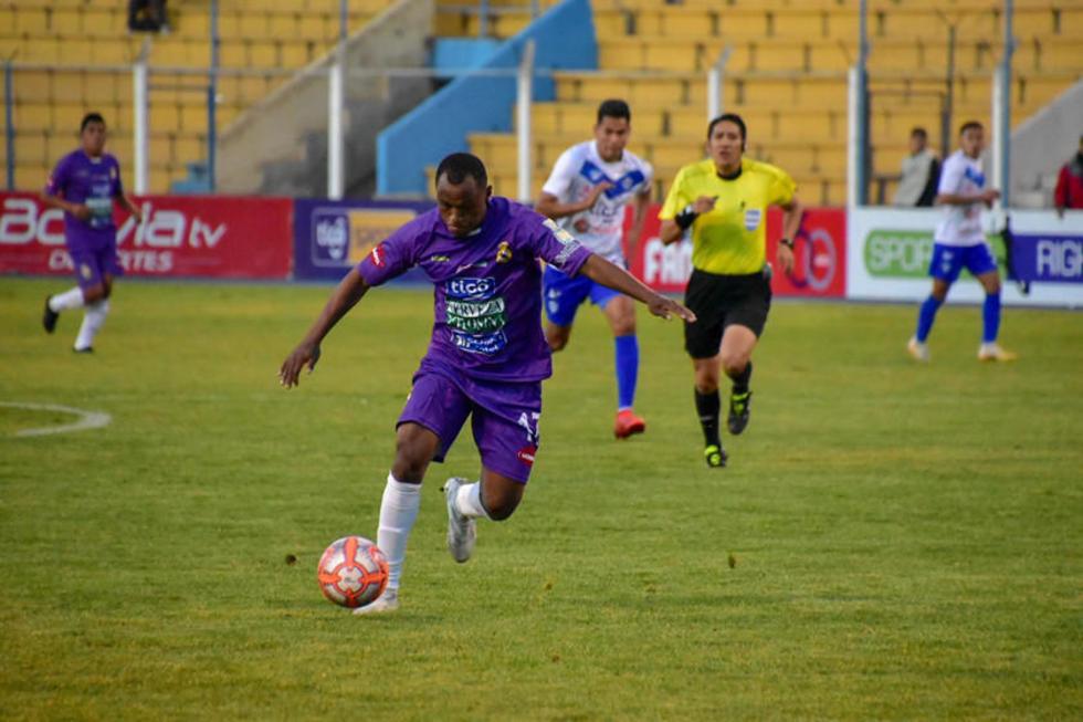 El jugador Gustavo Pinedo remata el balón.