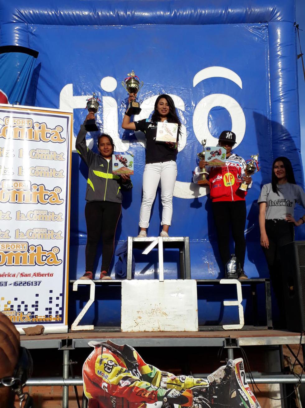 Jhovana Tolavi, Sheila Sejas y Celinda Cutipa en el podio de la categoría Damas.