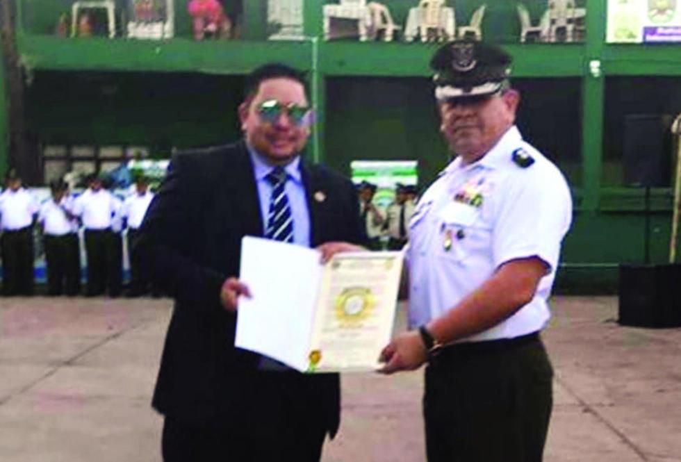 El extraditable recibió un reconocimiento del excoronel Medina, en un acto público..
