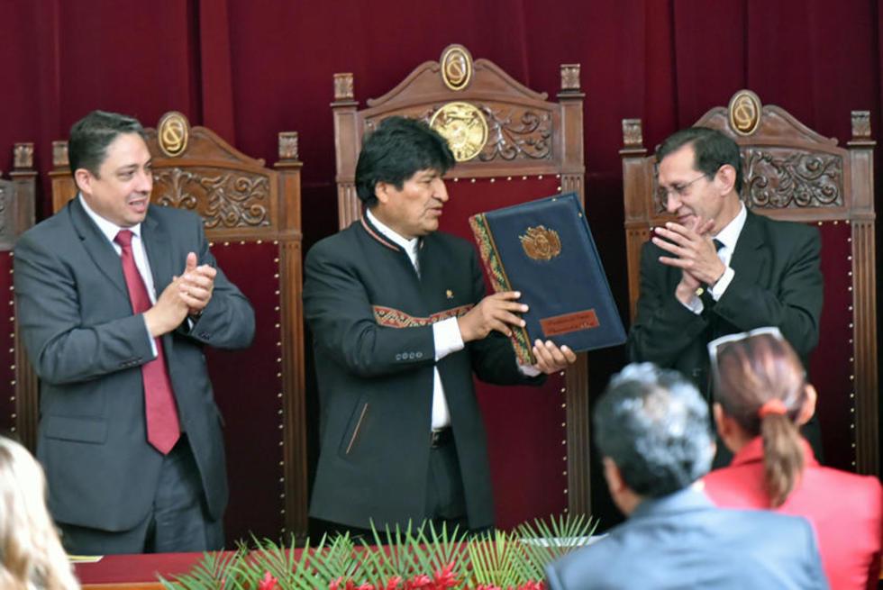 El titular del Ministerio de Justicia, Héctor Arce; el primer mandatario, Evo Morales; y el presidente del TSJ, José Ant