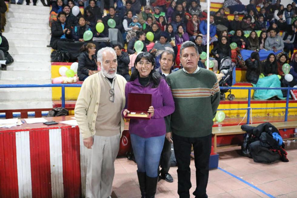 La Federación Boliviana de Voleibol condecoró a Lupita por sus 36 años de vida.