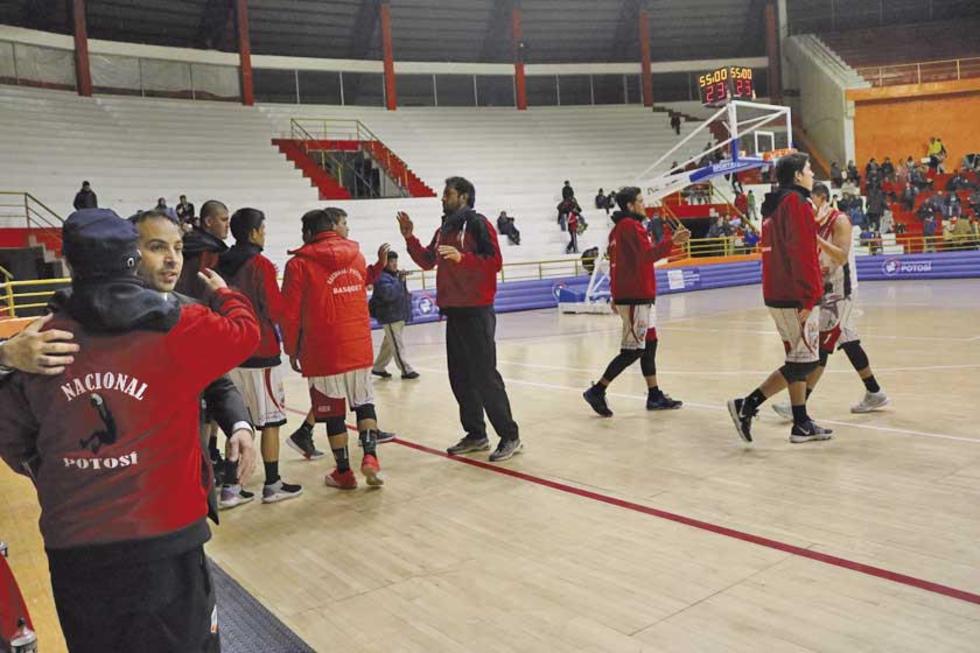 Técnico y jugadores se abrazan tras la victoria.
