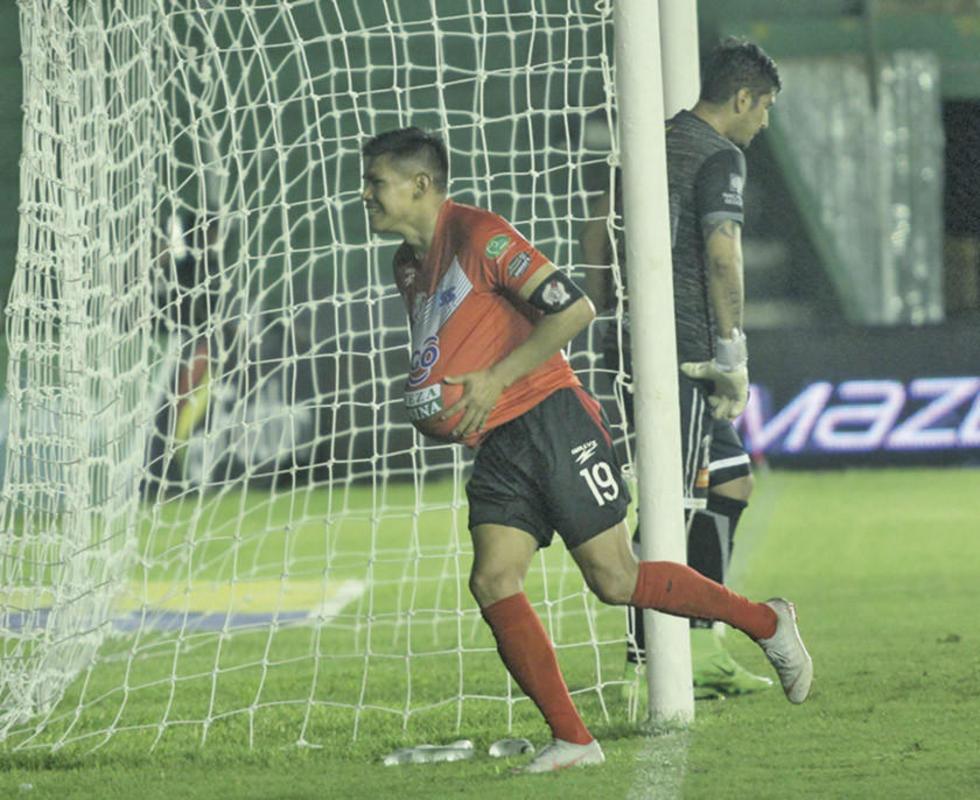 Luis Torrico celebra la apertura del marcador.