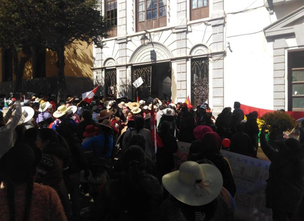 Comerciantes de Villa Banzer y Lecherías bloquean la Alcaldía.