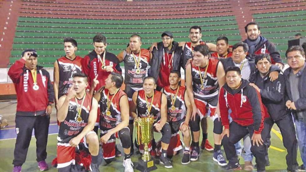 El equipo posa tras consagrarse campeón de la Liga Superior.