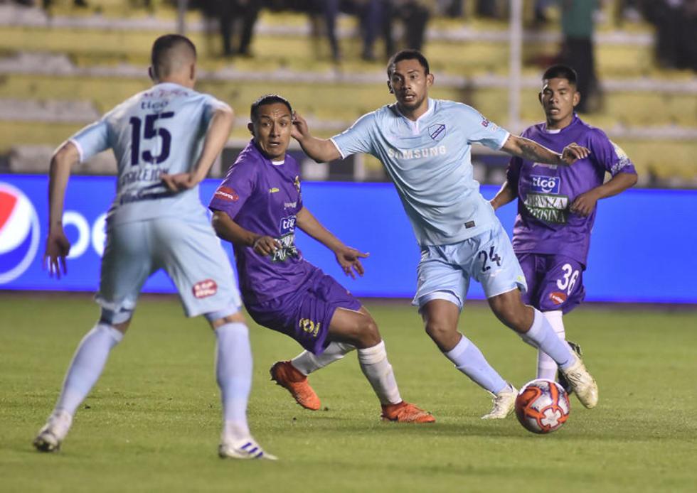 Chrisyían Vargas (c), de Real, intenta quitar la pelota a los bolivaristas.