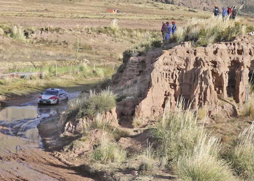 La gente se subió a las montañas para ver el paso de los pilotos.