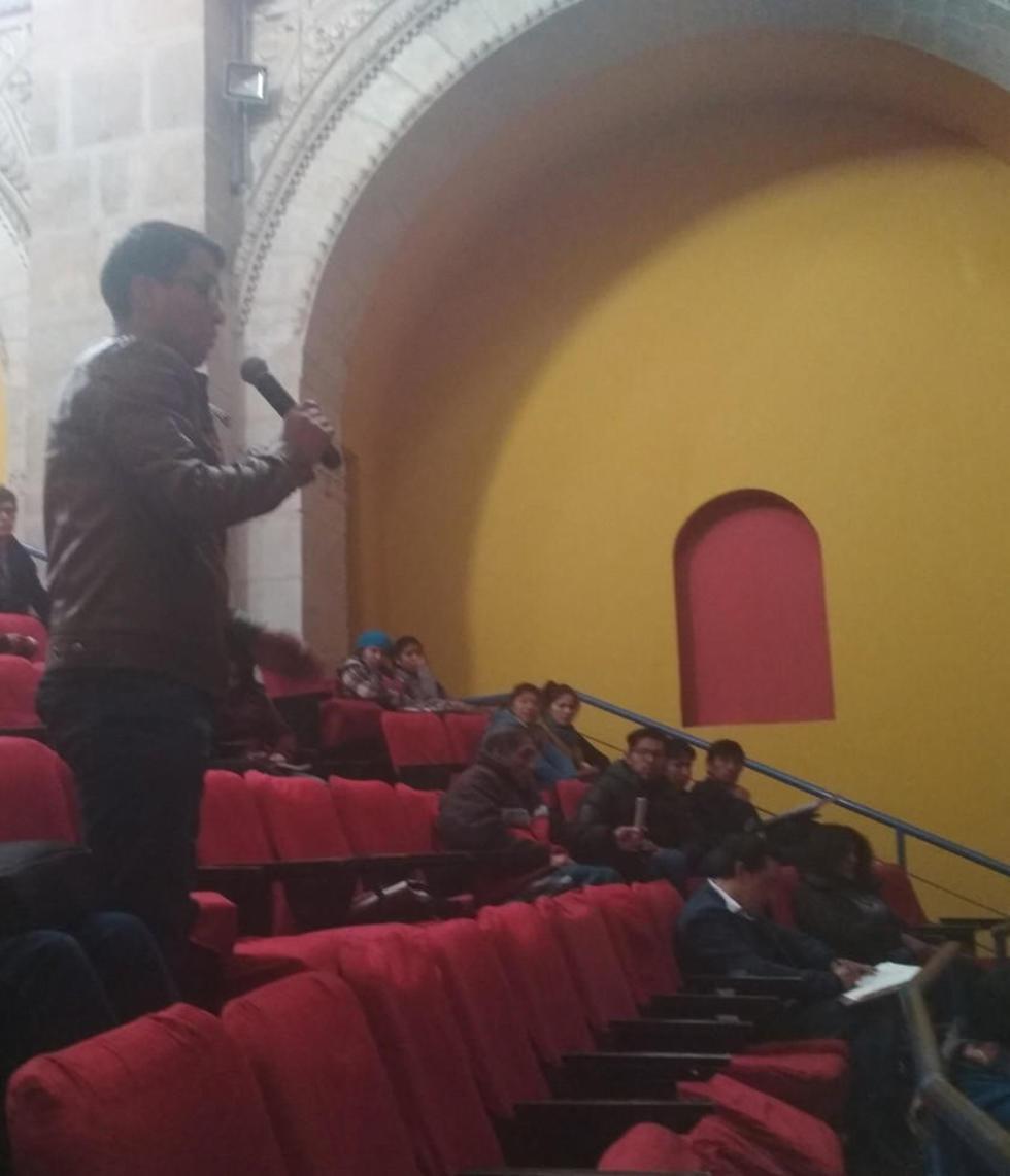 Mucha gente participa en las jornadas que se realizan en el Teatro Modesto Omiste.