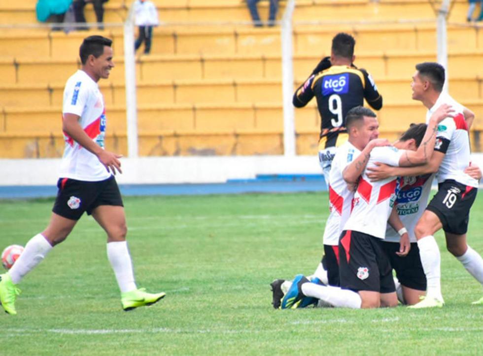 Jugadores del equipo de la banda roja festejan el único gol del encuentro.