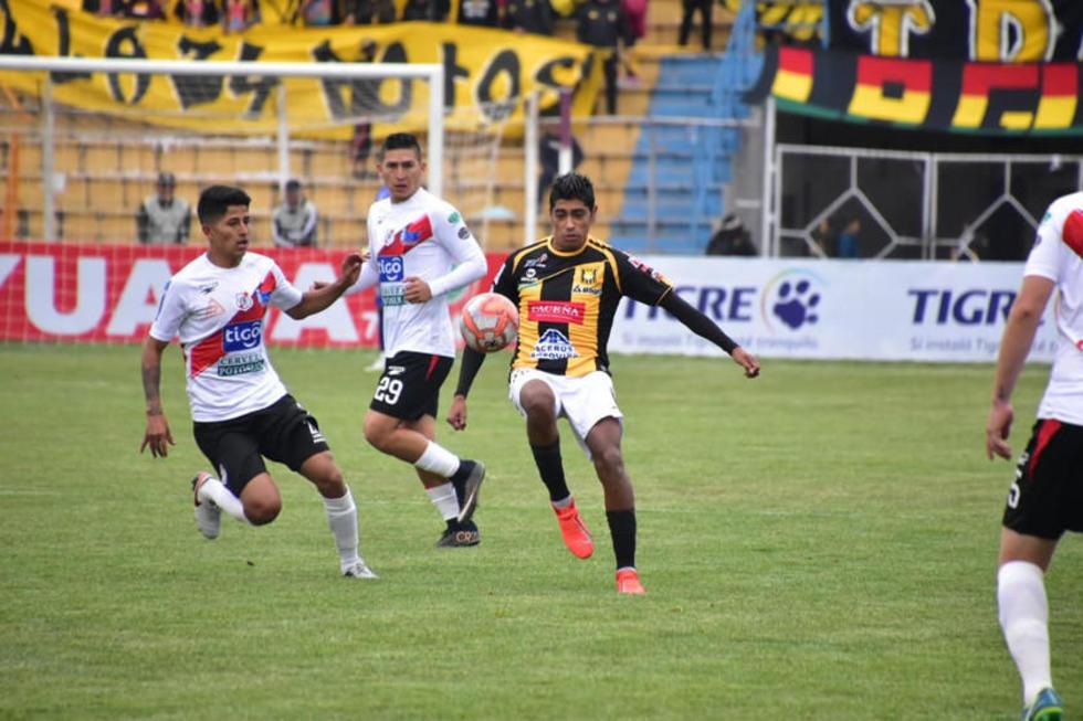 Raúl Castro, de The Strongest, controla el balón ante la marca de Luis Pavia, de Nacional.