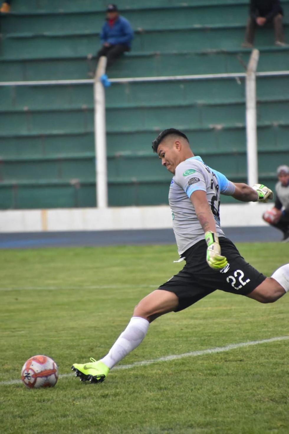 El portero Javier Rojas, de Nacional, remata el balón.