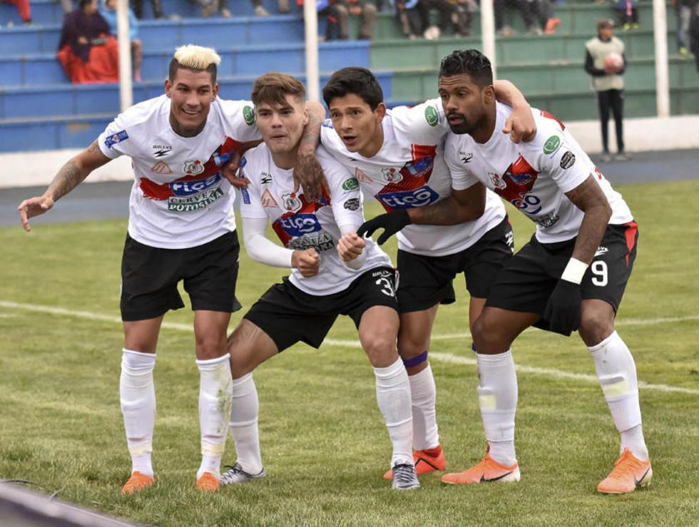 Los jugadores de Nacional Potosí celebran el gol de Bruno Pascua.