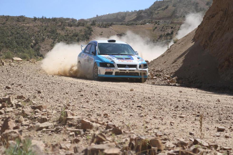 Miguel Tijra al mando de su máquina pasa una de las curvas del tramo.