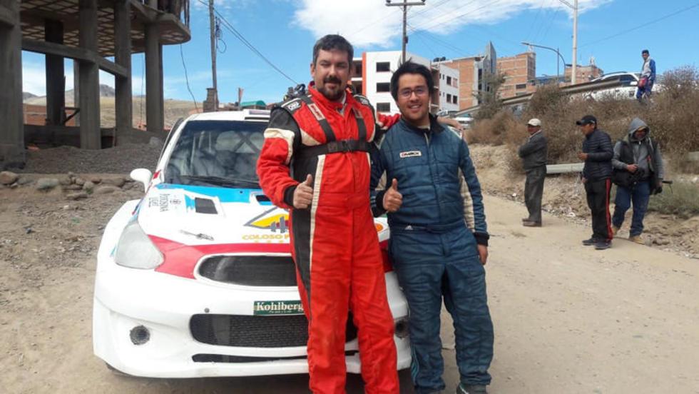 El copiloto Hernán Vargas y Rodrigo Careaga festejan su victoria.