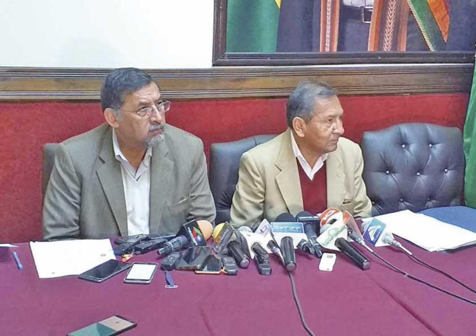 El ministro de Trabajo, Milton Gómez Mamani (der), y el viceministro del área Héctor Hinojosa (izq).