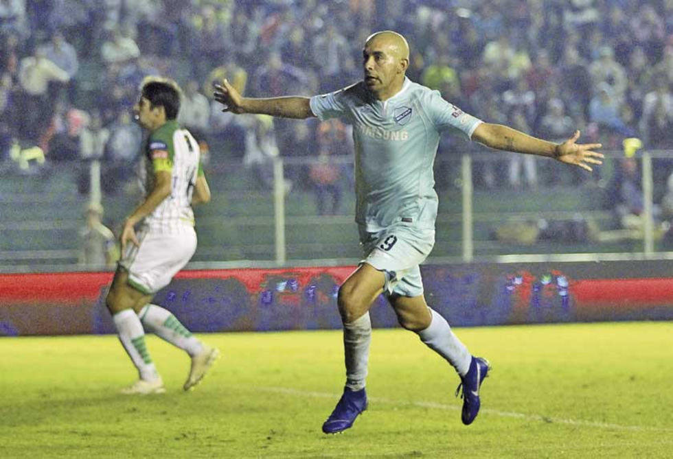 Marcos Riquelme anotó los dos goles para los celestes.