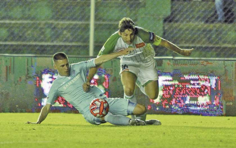 Juan Callejón y Ronald Raldes pelean por el balón.