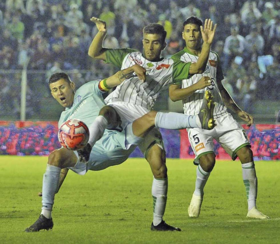 Juan Arce es derribado por sus rivales.