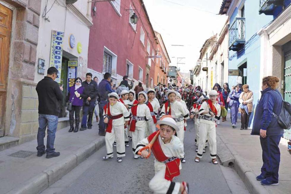 El baile de los potolos en la entrada del Don Bosco.