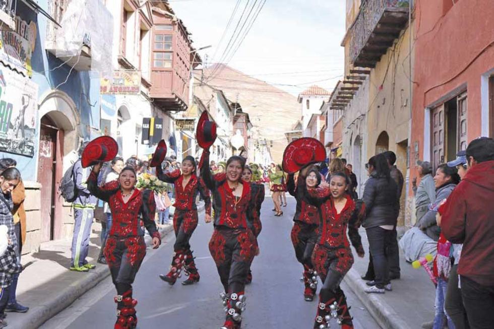 La promoción con el baile de los caporales.