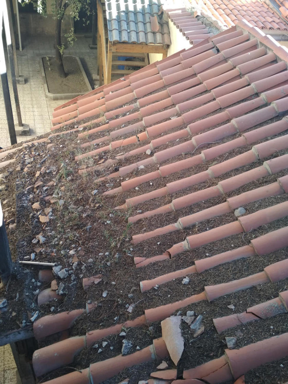 La tierra se acumuló en este techo que está en el segundo patio.