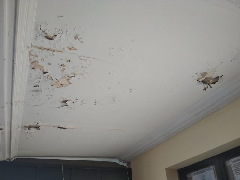 Este otro techo se descascara en el pasillo de la planta alta.