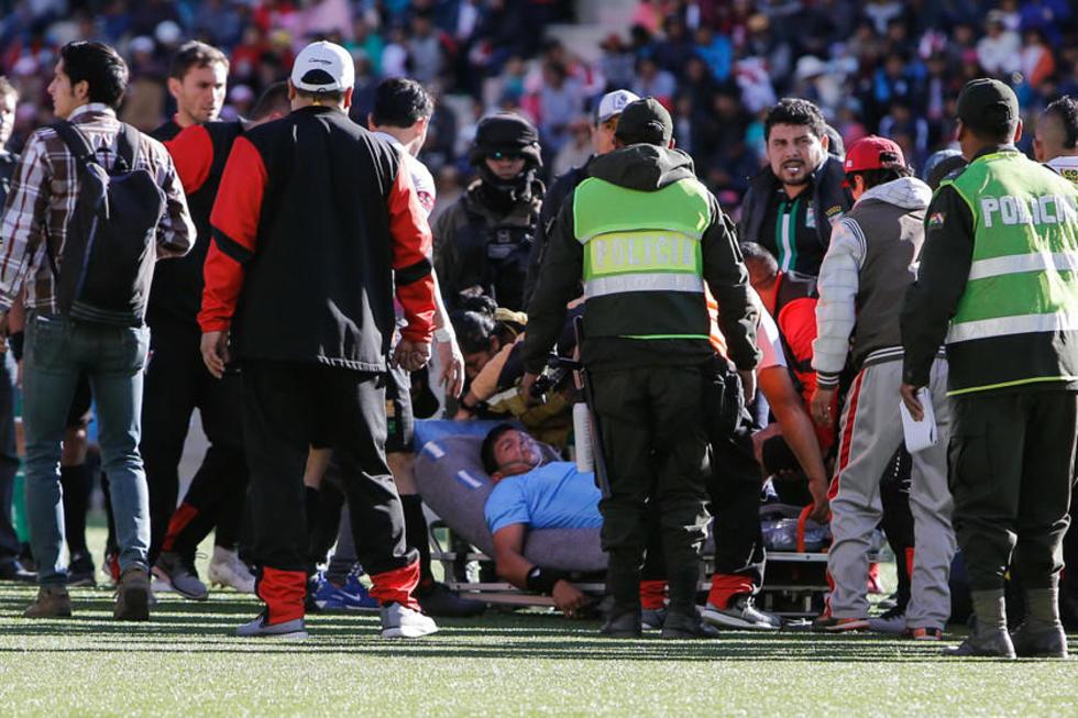 El árbitro cochabambino Víctor Hugo Hurtado es atendido en la camilla.
