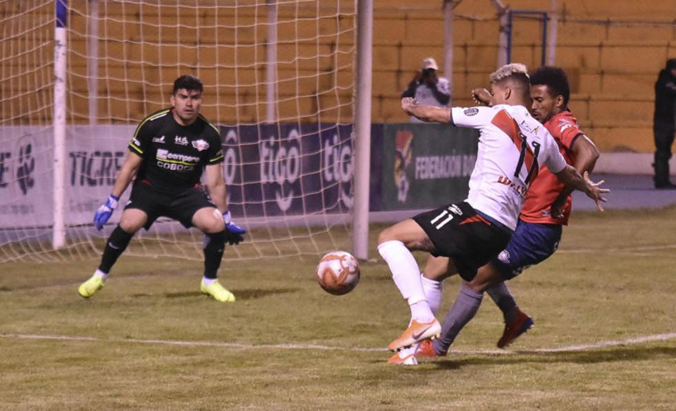 De izq. a der. Hugo Suárez, Nicolás Royón y Ramiro Ballivián en uno de los ataques del local.