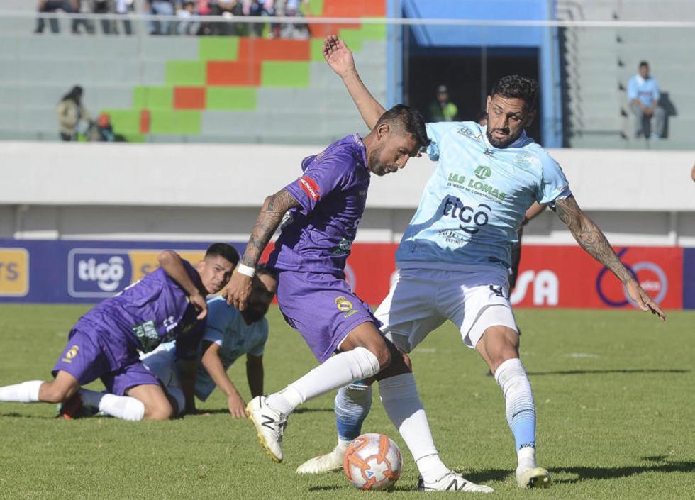 El defensor Carlos Tordoya, de Real, controla el balón.