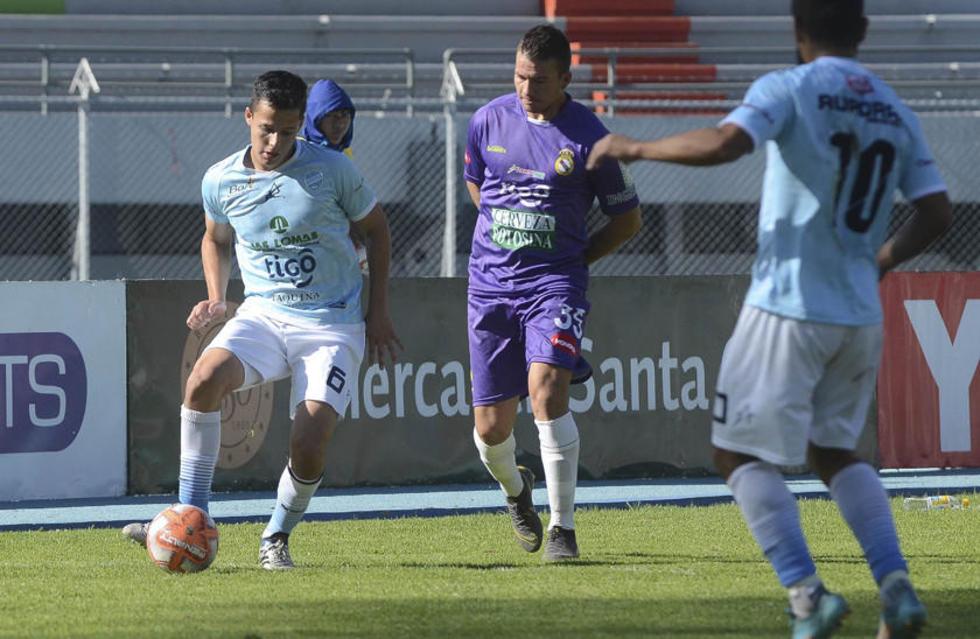 6 Daniel Camacho, de Aurora, pasa la pelota.