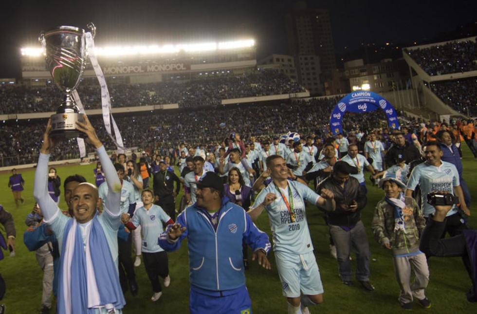 Marcos Riquelme levanta el trofeo de campeón.