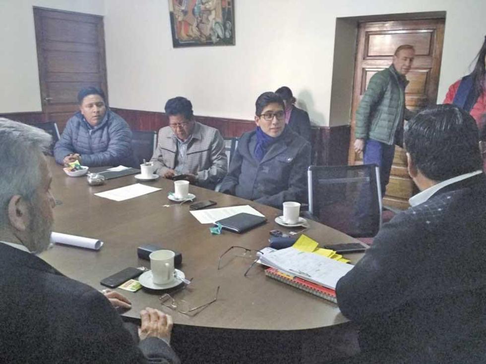 El gobernador convocó a otra reunión para la tarde, en su despacho.