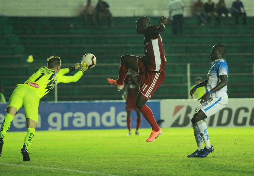 El meta Javier Nicolás Burrai detiene el balón ante la arremetida de John Mosquera.