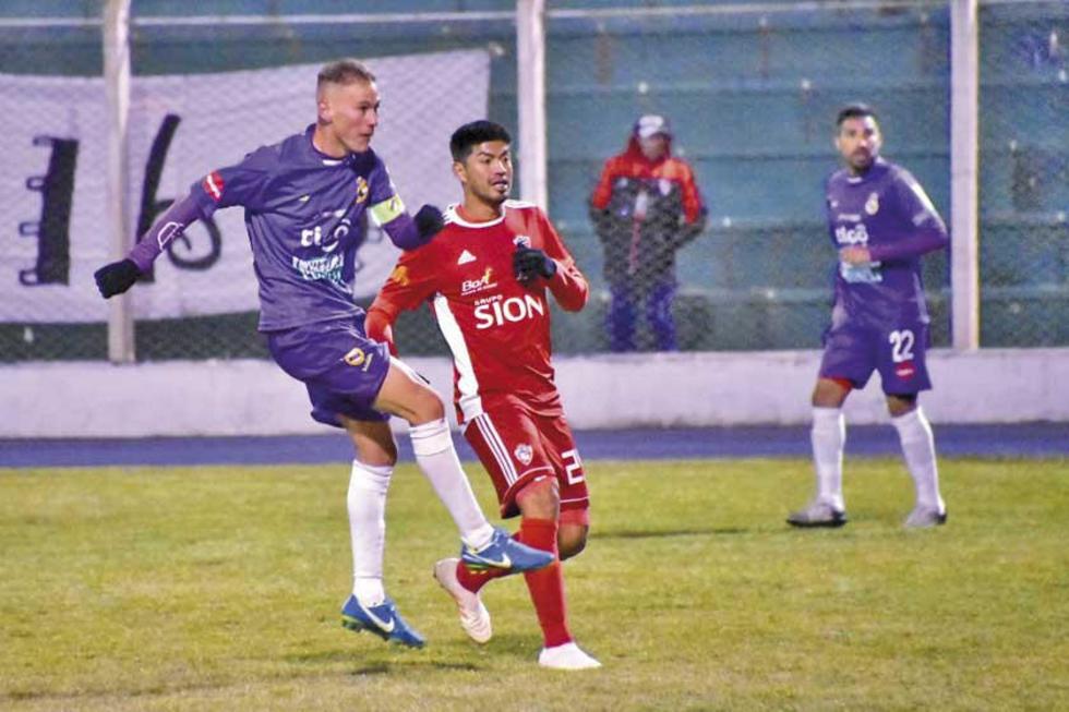 Maximiliano Gomes saca un remate ante la presión de un rival.