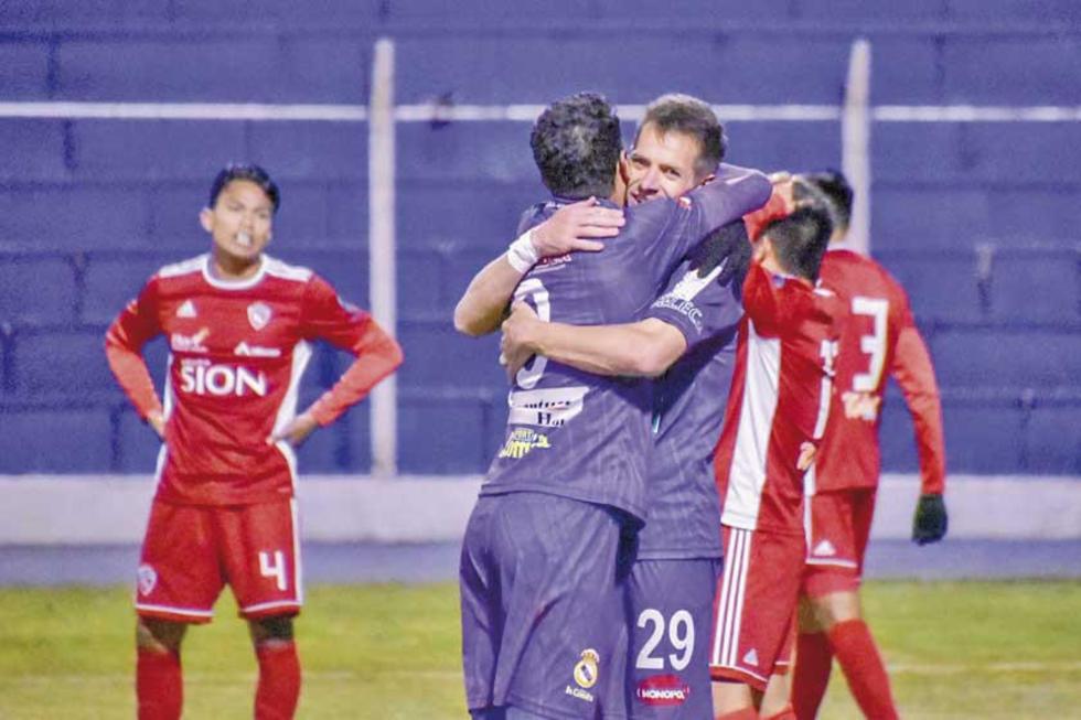 Juan Vogliotti y Mariano Berriex se abrazan tras uno de los tantos.