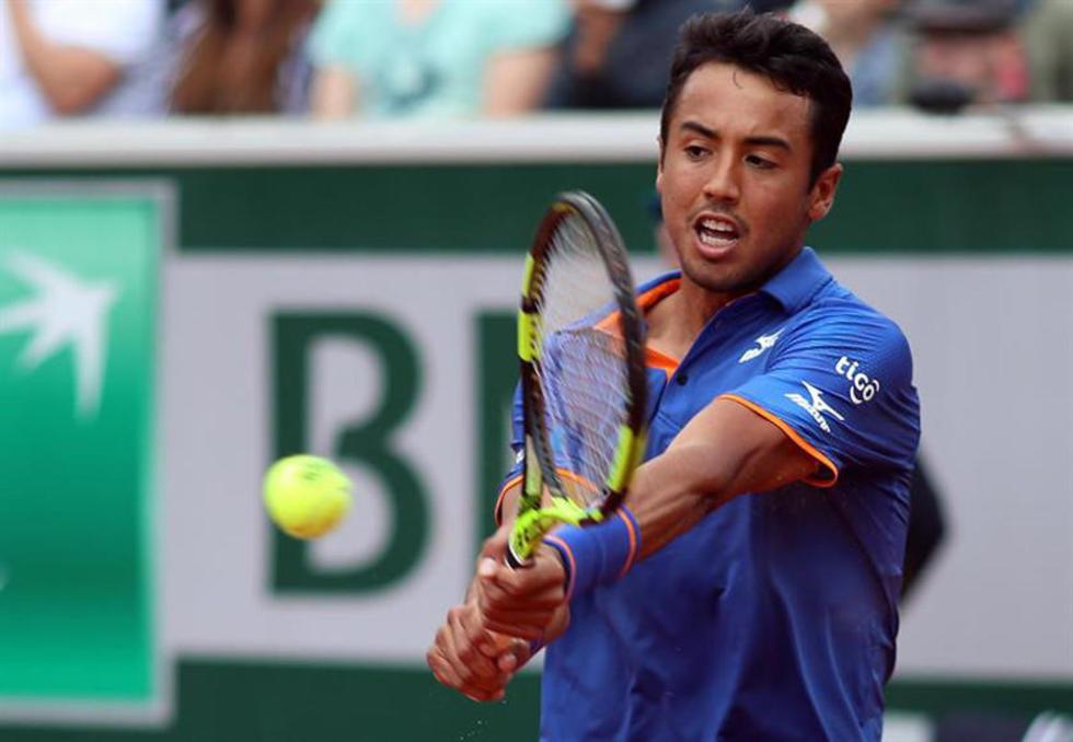 El tenista boliviano contesta un saque de su rival.