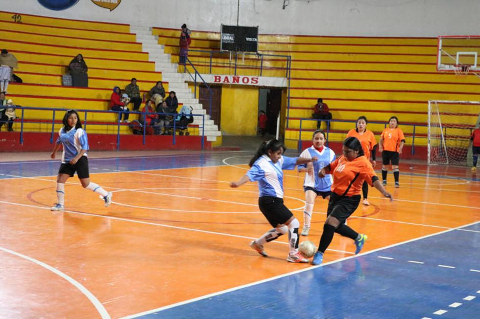 Las jugadoras se disputan el balón.