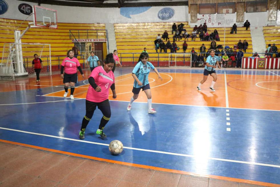 Una de las jugadoras del equipo de 10 de Noviembre controla el balón.