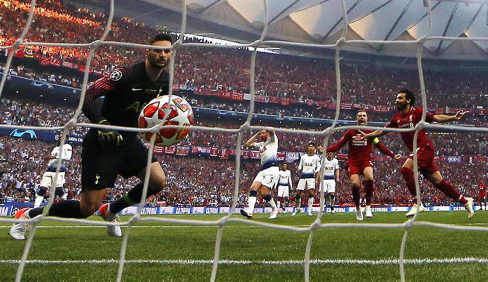El delantero Liverpool, Mohamed Salah (d), anotó el primer gol del partido mediante tiro penal.