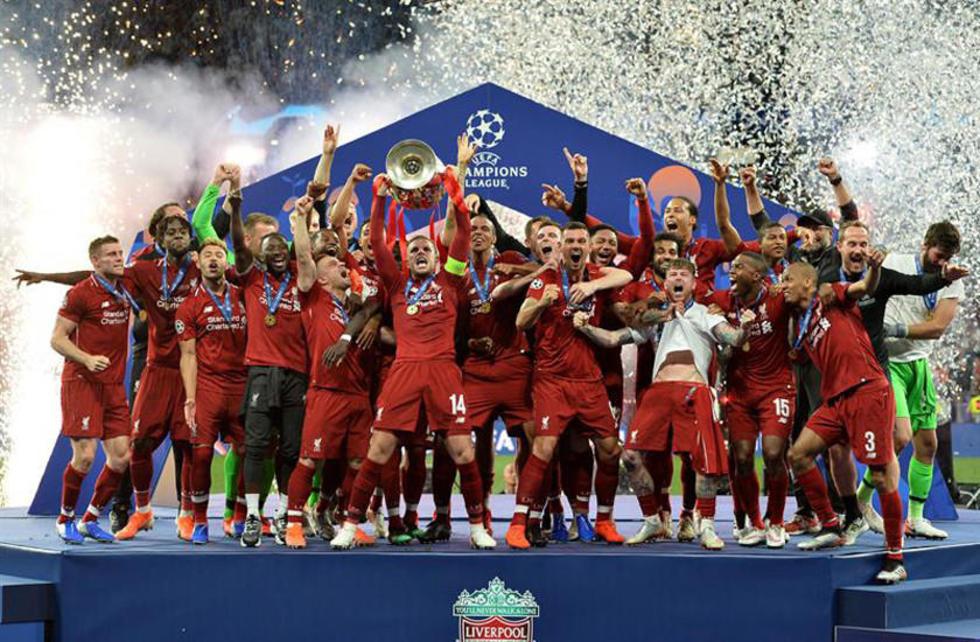 Los jugadores de Liverpool celebran el título.