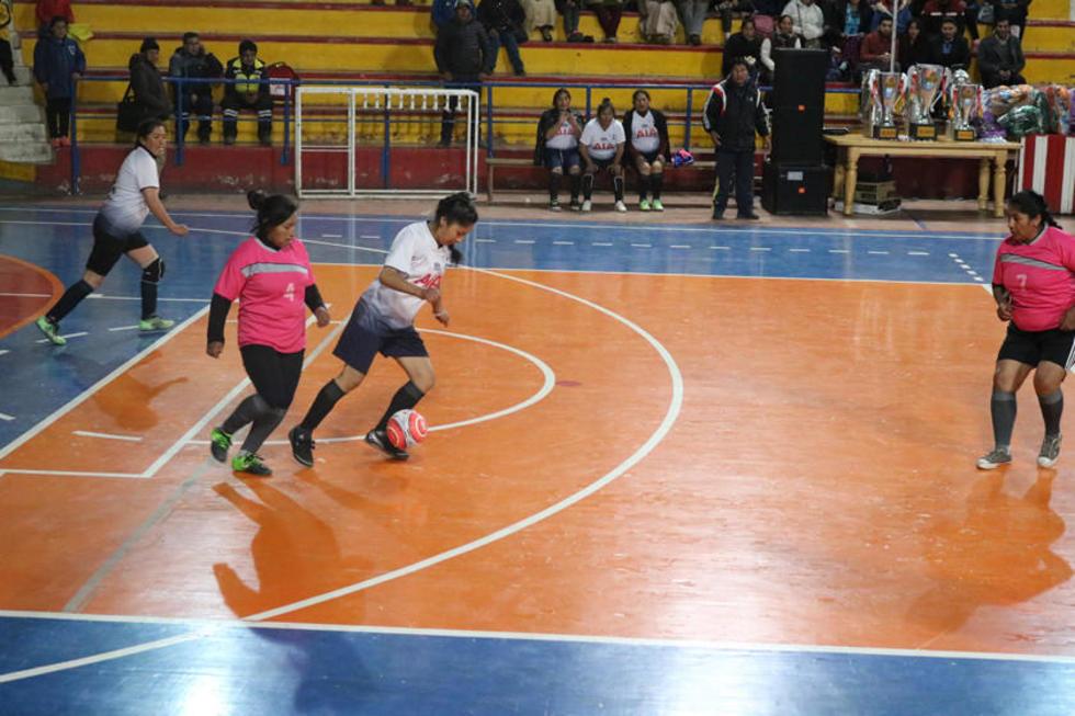 La jugadora del Villa Banzer, Litzi Jacinto Chávez, controla el balón.