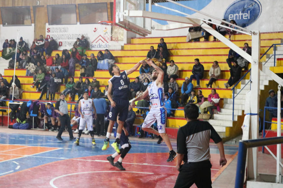 Los jugadores de Calero y Leones disputan el balón.