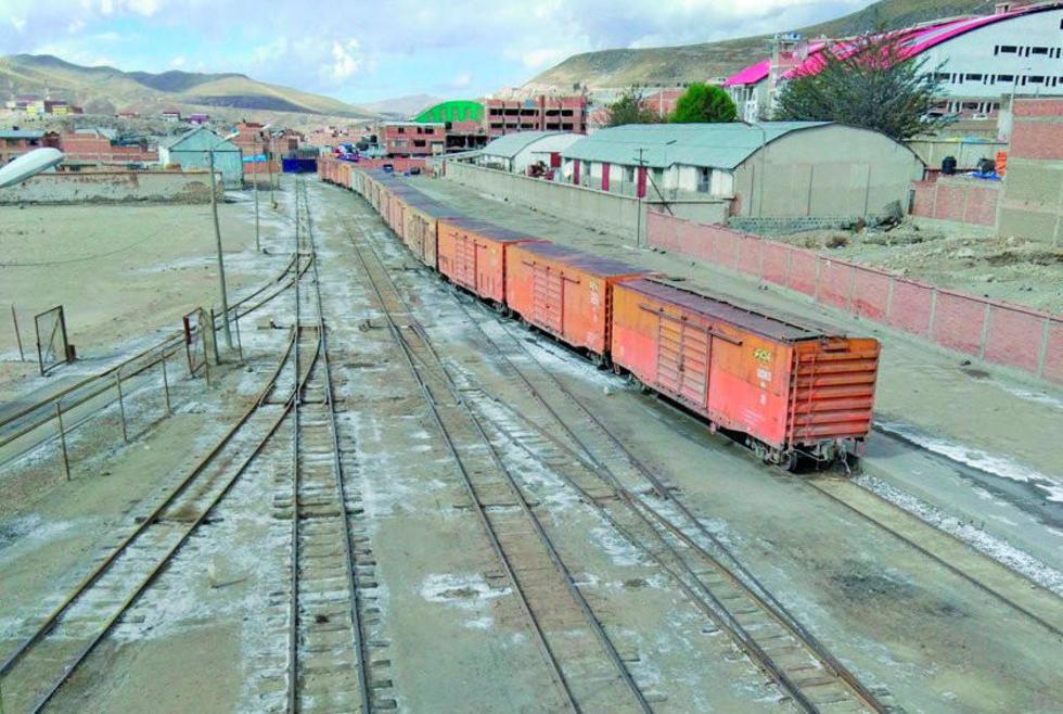 La estación de trenes se usa para cargar minerales en los contenedores que van a Chile.
