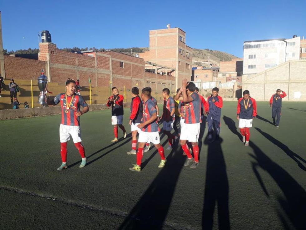 Los jugadores de San Lorenzo dan la vuelta olímpica.