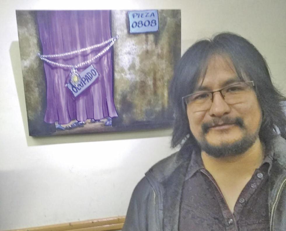 El artista junto a su última obra premiada.