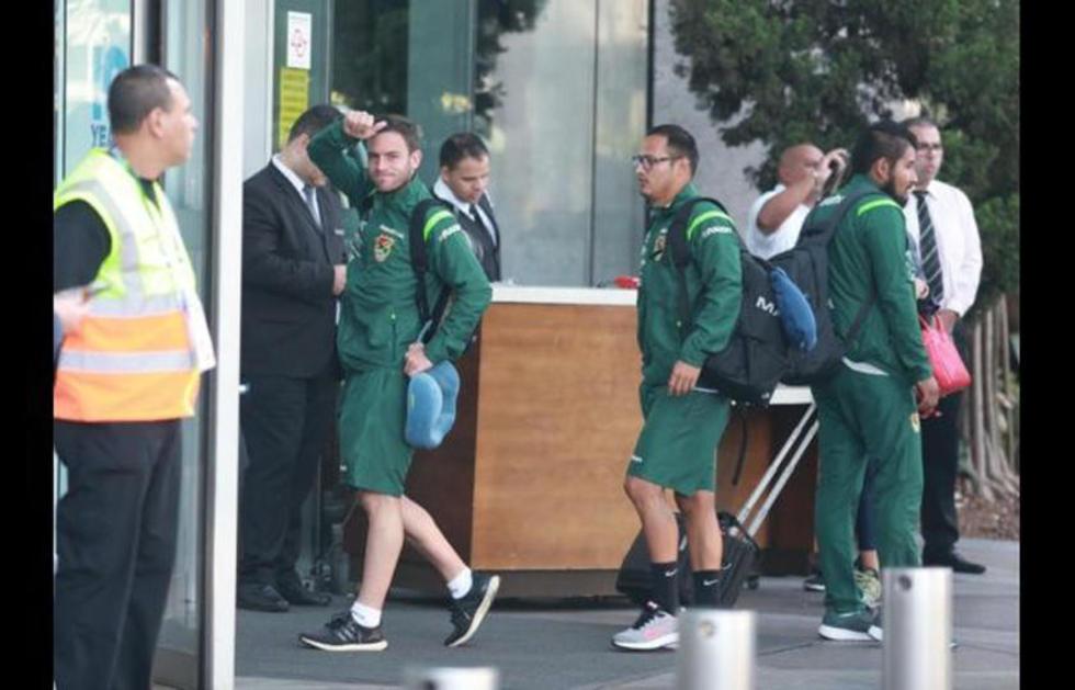 Fernando Saucedo y Leonel Justiniano al momento de ingresar al hotel.