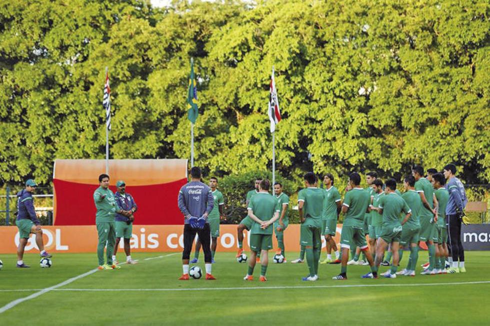 El entrenador Eduardo Villegas dirige el entrenamiento de la selección nacional.