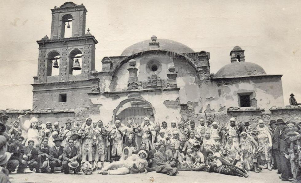 La Diablada Comercial Potosí el 27 de febrero de 1949, en el frontis de San Benito.